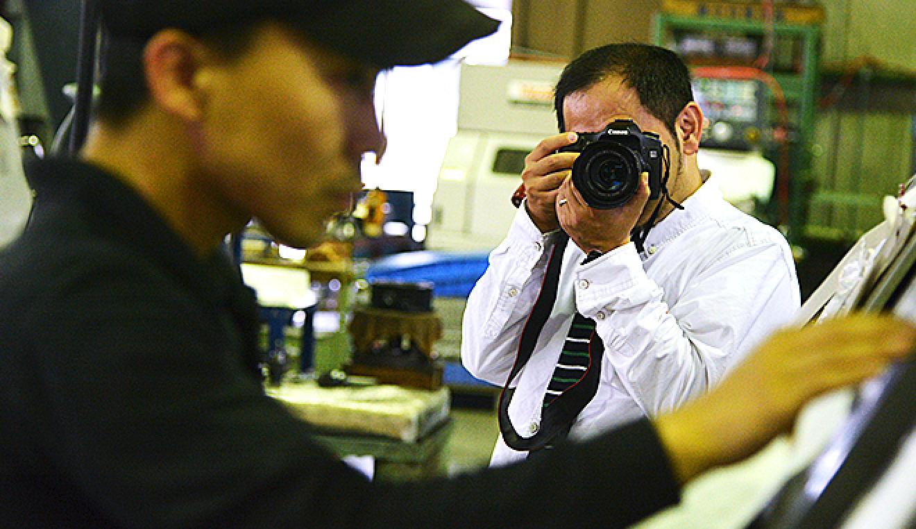 働く姿をプロのカメラマンが撮影します